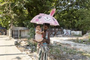 Un padre pasea con su hija por una de las calles de Yangon, Myanmar. Álvaro Bueno.
