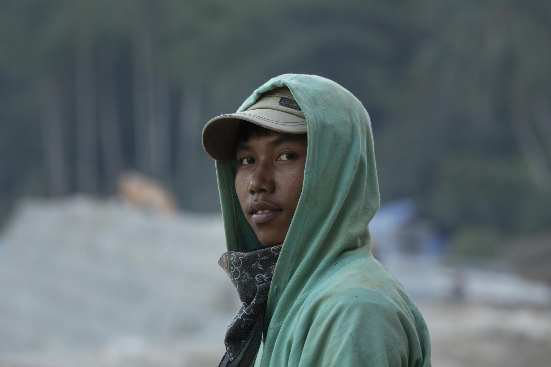 Un chico descansa de su trabajo, transportar rocas en carretilla, en Luang Prabang, Laos. Álvaro Bueno.